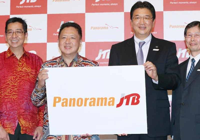 JTB President Hiroyuki Takahashi, second from right, and leaders from Panorama Tours Indonesia announce their new partnership in Tokyo on January 31.