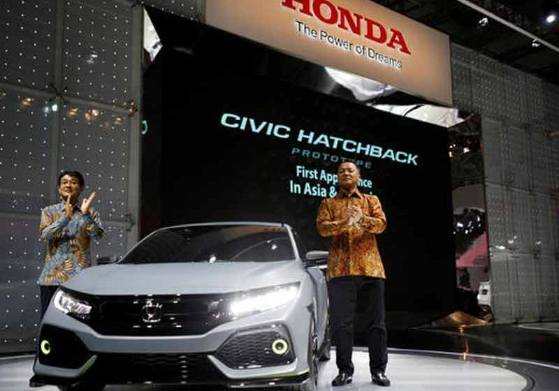 Honda Chief Operating Officer for Regional Operations (Asia & Oceania) Noriaki Abe, left, and President Director of PT Honda Prospect Motor Tomoki Uchida unveil Honda's new Civic Hatchback at the Indonesia International Auto Show in Tangerang, west of Jakarta, on Aug. 11, 2016. © Reuters